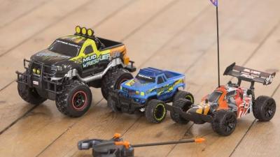 Управлять игрушечными транспортными средствами не просто.